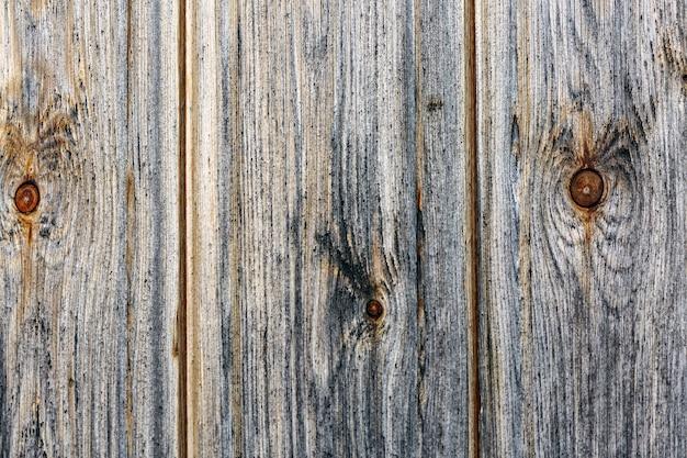 Деревянный фон из вертикально расположенных широких узловатых досок текстуры