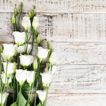 Деревянный фон с букетом белых цветов