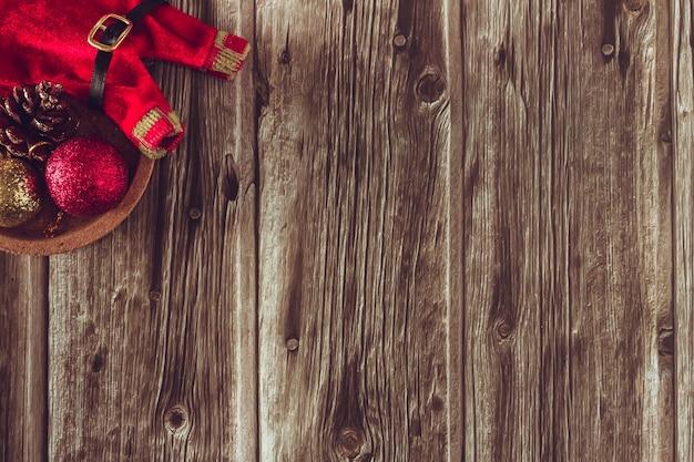 クリスマスの装飾と木製の背景。スペースをコピーします。セレクティブフォーカス。