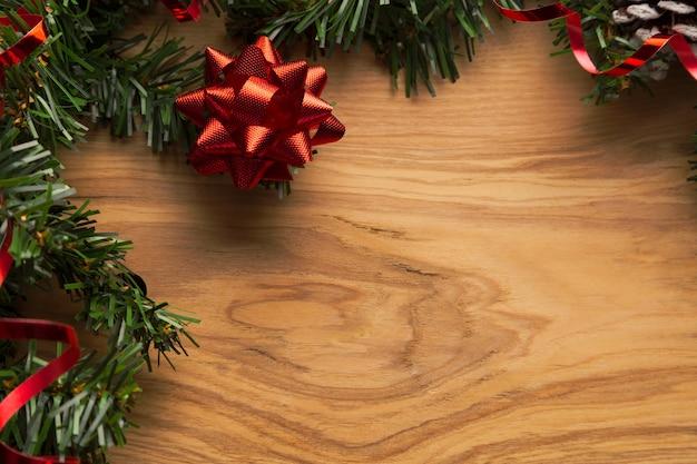 クリスマスの装飾と挨拶やゲストのリストのための空きスペースと木製の背景