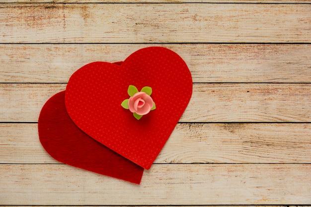 花と心の木製の背景。バレンタインデーのコンセプト。