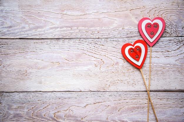 Деревянный фон с красными сердечками на день святого валентина