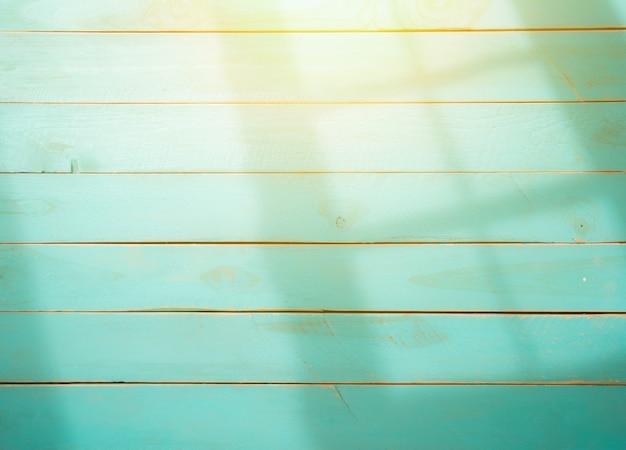 窓フレーム、朝の光から影を持つ木製の背景