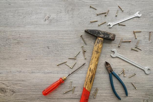 Деревянный фон с различными инструментами для отца день