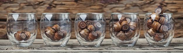 昇順で5つのガラスカップの番号を持つ木製の樽