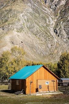 山の谷の観光駐車場にある木造銭湯。ロシア、アルタイ共和国、アクラム管