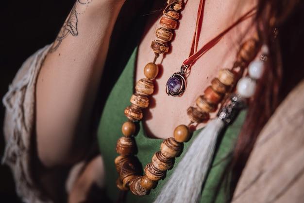 보헤미안 스타일의 여성 목에 있는 나무 구슬