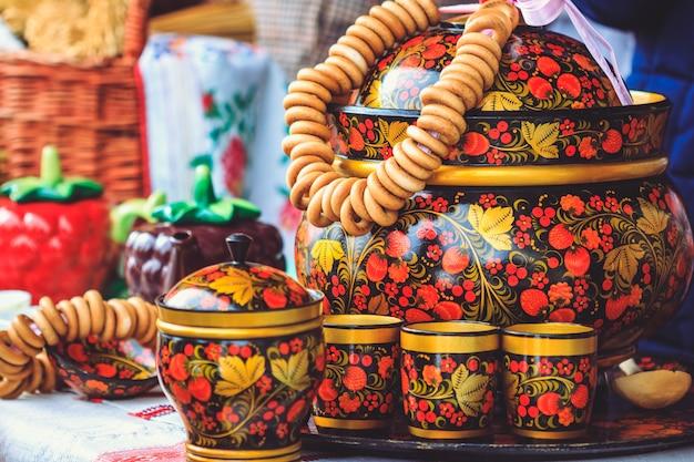 Деревянные красивые русские блюда с хохломской