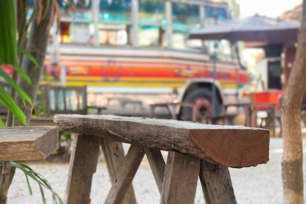 テラスの木製ベンチ