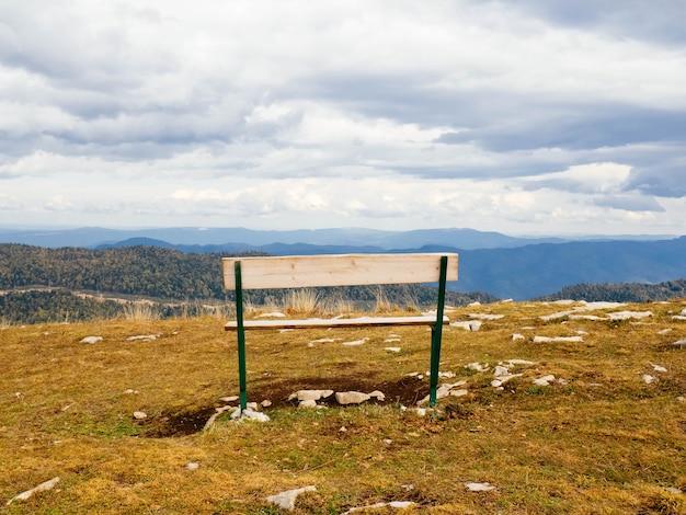 Деревянная скамейка в горах, копия пространства.