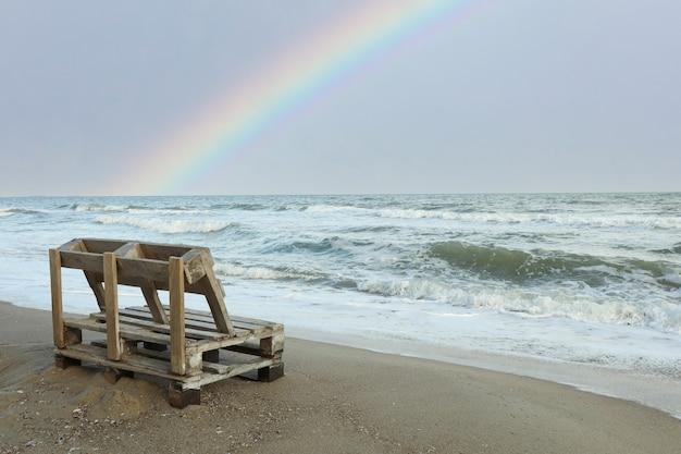 美しい砂浜の木製ベンチ