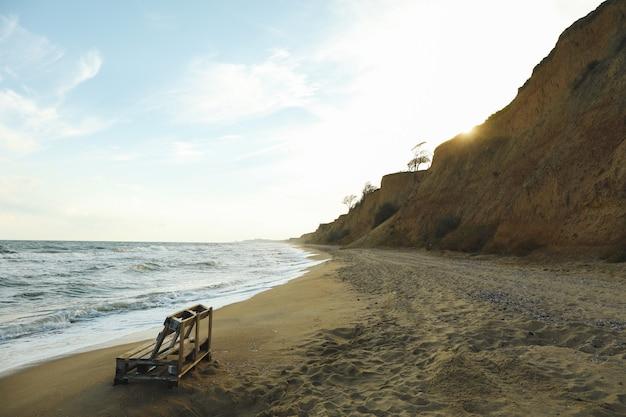 砂浜の木製ベンチ、テキスト用のスペース