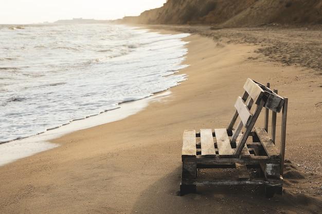 砂浜の木製ベンチ