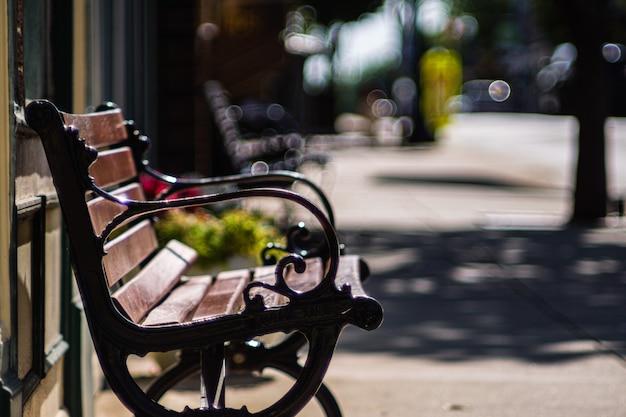 バージニア州マナッサスの旧市街の歩道にある木製のベンチ