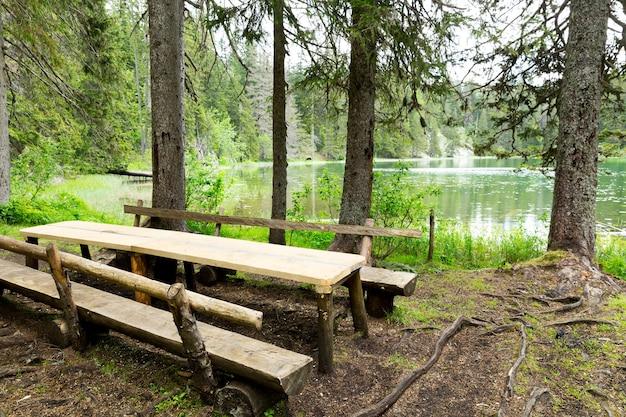 Деревянные скамейки и стол