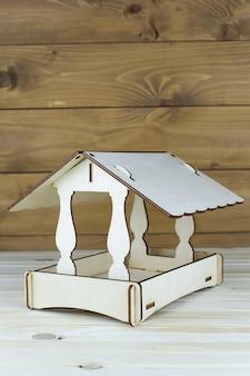 Деревянная кормушка для птиц, кормление птиц зимой