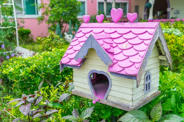 公園内の木の鳥の家。