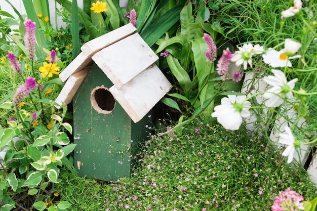 Деревянное птичье гнездо декоративное в саду Premium Фотографии