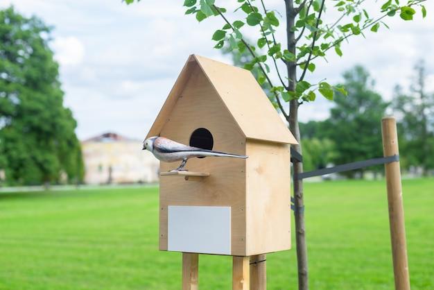 Деревянный скворечник для птиц в парке