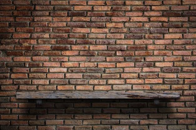 나무 빈 책 선반 벽돌 벽입니다.
