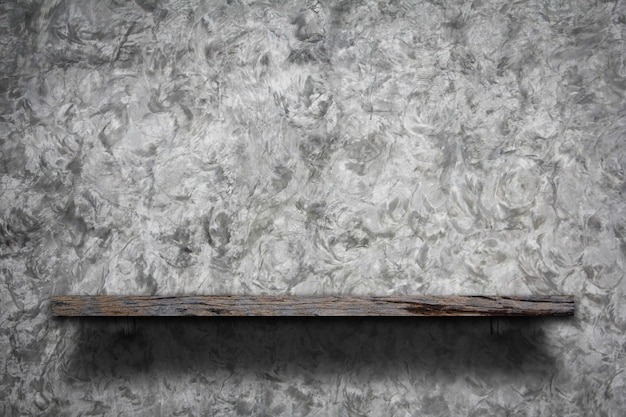 인테리어 회색 시멘트 벽에 나무 빈 책 선반.