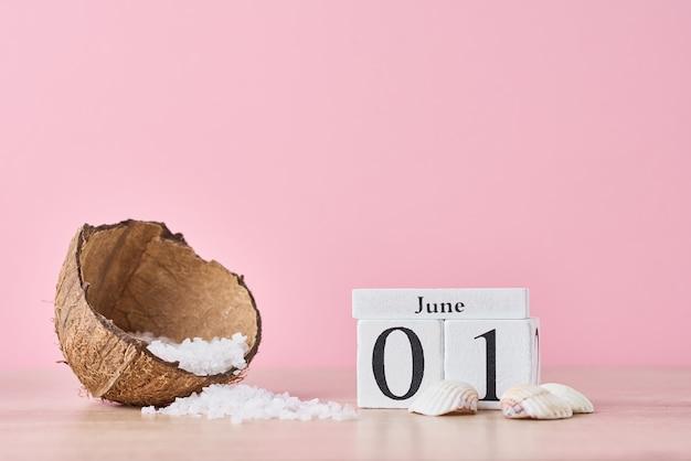 日付とココナッツと木製のブロックカレンダー