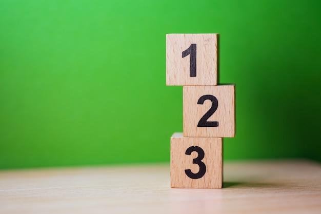 ビジネスおよび財務の概念として使用する木製のブロック番号