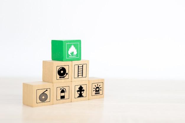 防止アイコンとピラミッドの木製ブロックスタック。