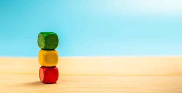 緑、青、黄色を積み重ねた木製のブロック。カスタマーサービスの評価と満足度調査の概念。