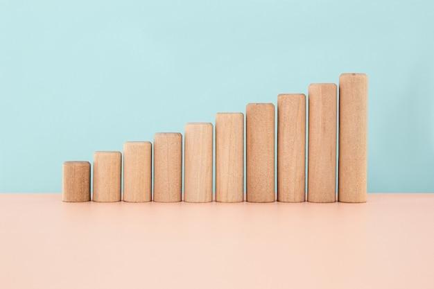 木製のテーブルのグラフバーインフォグラフィック図チャートの増加として木製のブロック
