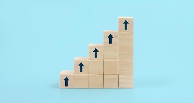 木製のブロックは、コピースペースでステップをグラフ化します。ビジネスの成長プロセス