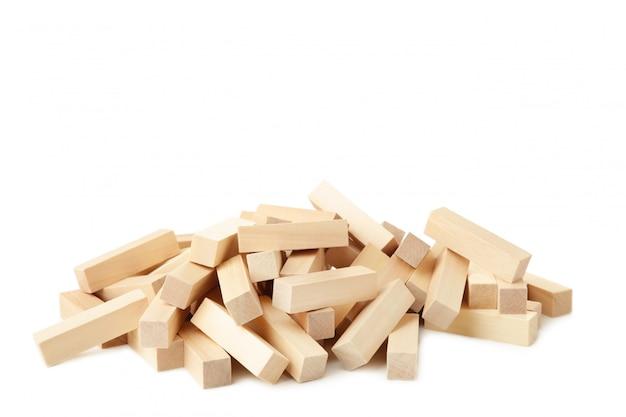 Разрушенные деревянные блоки на белом фоне