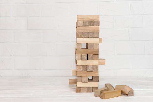 Деревянные блоки для строительства башни крупным планом Premium Фотографии