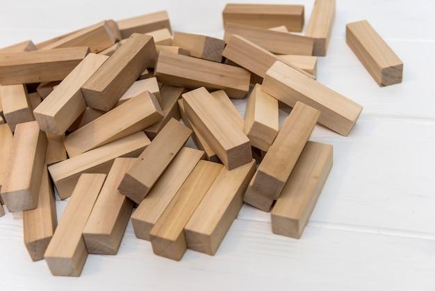 책상 위에 타워 빌딩을 위한 나무 블록