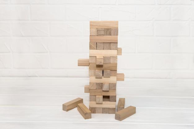 Деревянные блоки в башне, расположенной за столом