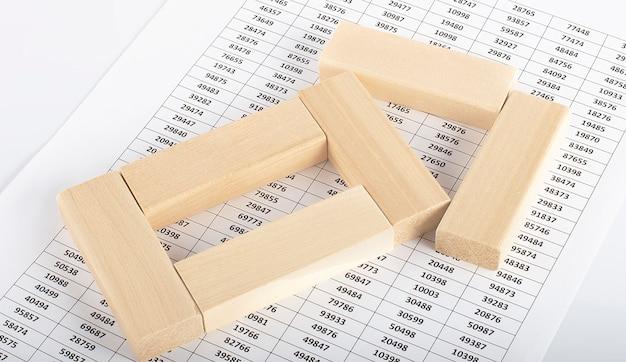 그래프 배경 비즈니스 분석 및 경제 성장 개념에 나무 블록