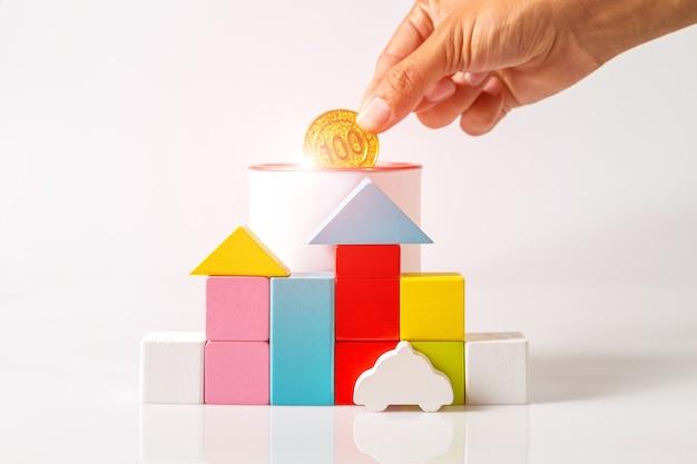 木製のブロック型の家。住宅購入のための金融住宅ローンまたはお金の節約の概念