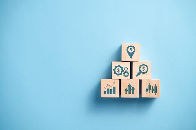 Стек деревянные блоки с иконой, концепция бизнес-планирования.