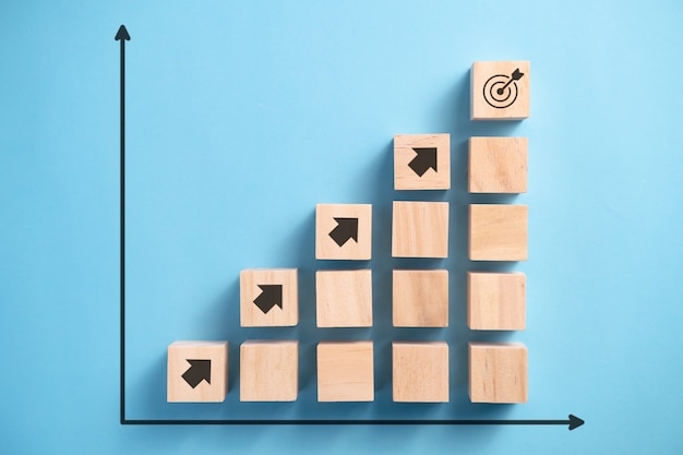 화살표 아이콘, 사업 계획 개념으로 나무 블록 계단.