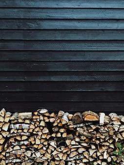 木製のブロックは黒い壁の前に立つ