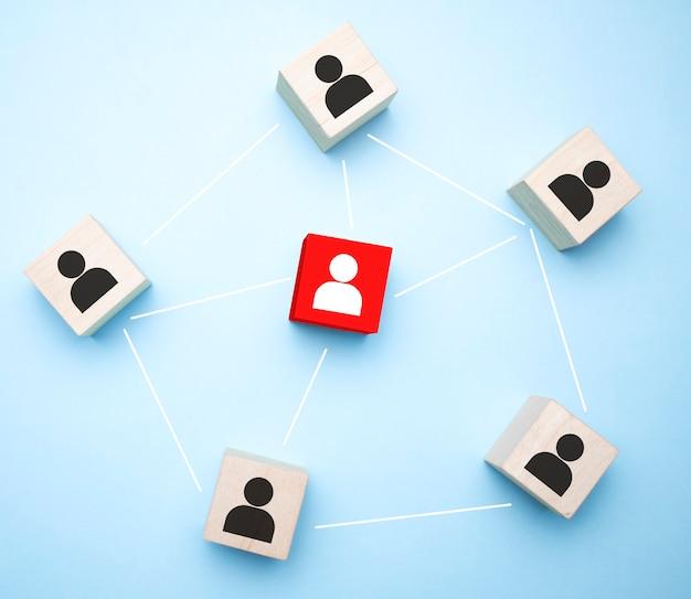 파란색 배경에 사업가 아이콘이 있는 나무 블록, 조직 구조, 소셜 네트워크, 리더십,