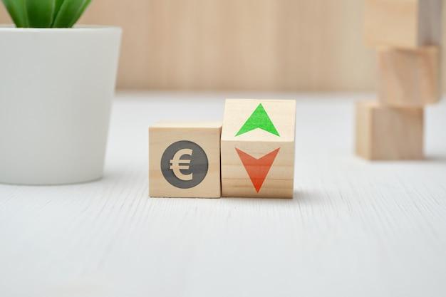 Деревянные блоки со знаком евро и стрелками вверх и вниз