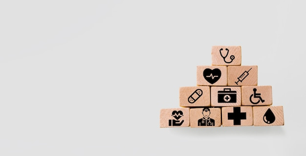 ヘルスケア医療アイコンと木製のブロック健康保険の概念