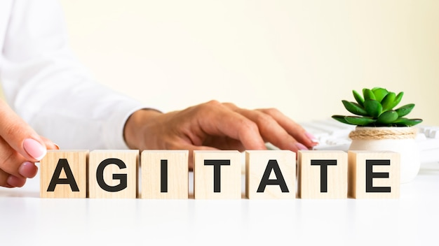 文字が付いている木製のブロックは、オフィスの机、情報通信の背景、オフィスの職場に選択的に焦点を当てて動揺します