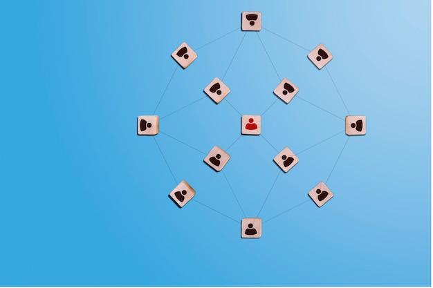 青い背景に人のアイコン、人的資源管理と採用コンセプト