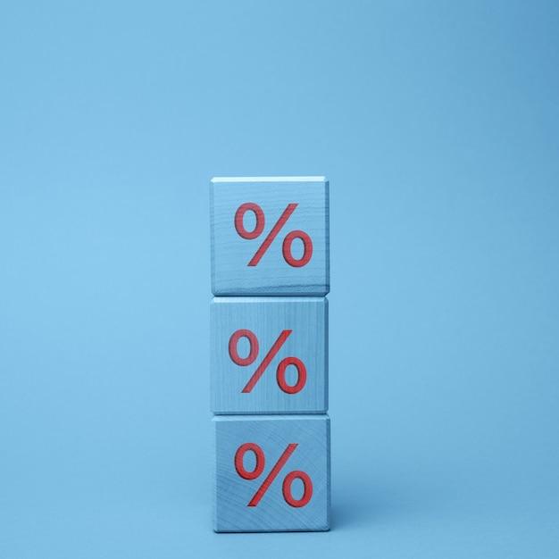 Деревянные блоки с процентами. понятие о снижении или повышении цен, ставок по вкладам