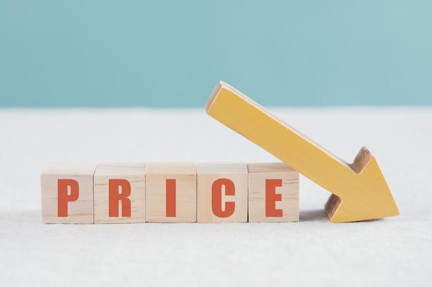 価格の単語と黄色の下矢印が付いた木製のブロック
