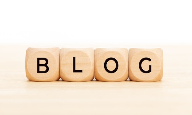 Деревянные блоки с текстом блог на деревянный стол. скопируйте пространство.