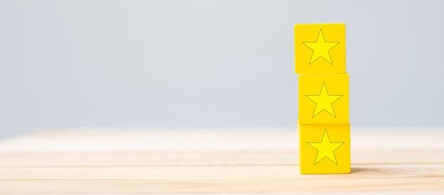 Деревянные блоки с символом звезды. отзывы клиентов, отзывы, рейтинг, рейтинг и концепция обслуживания.