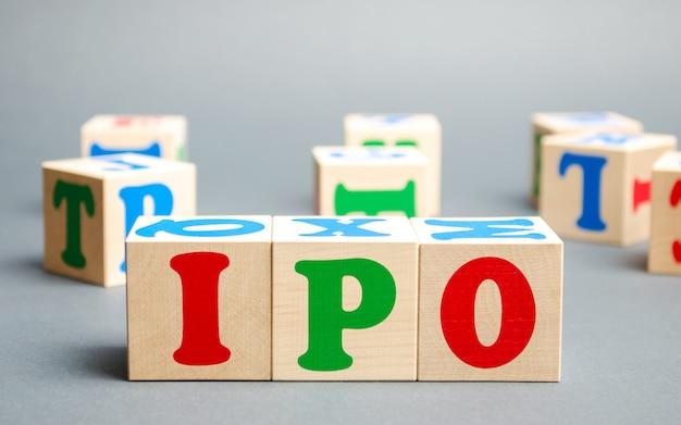 Ipoという言葉が付いた木製のブロック